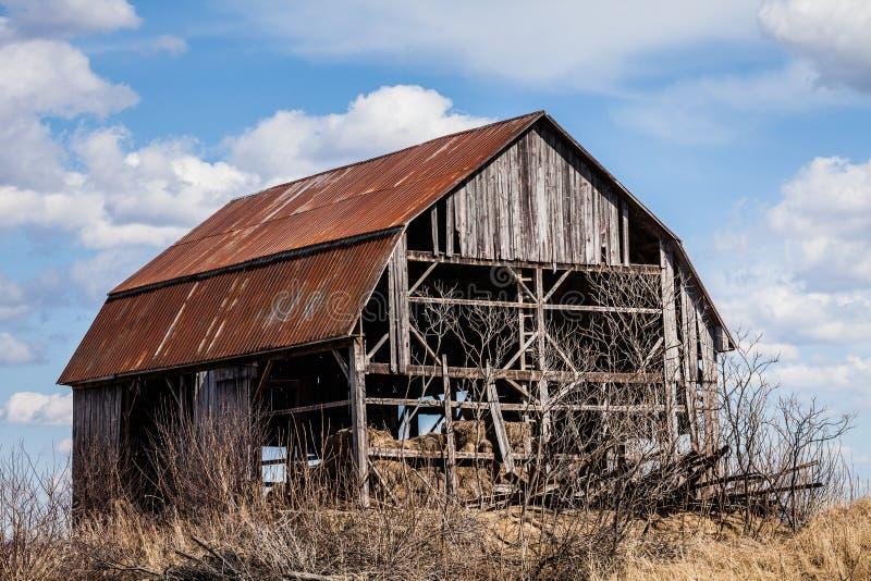老被放弃的谷仓 免版税图库摄影