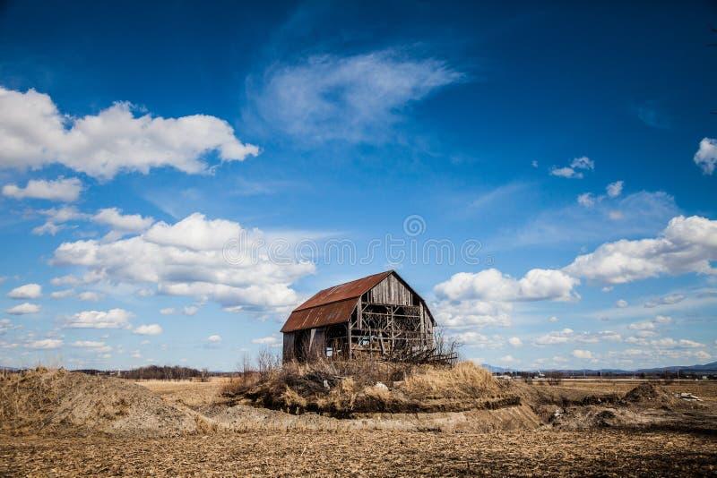老被放弃的谷仓 免版税库存图片