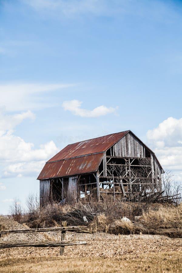 老被放弃的谷仓 库存照片