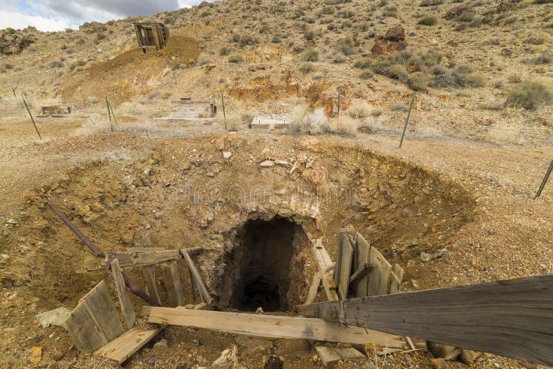 老被放弃的金矿入口在内华达沙漠 库存照片