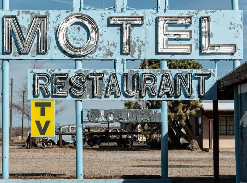 老被放弃的高速公路汽车旅馆和餐馆标志 免版税库存照片
