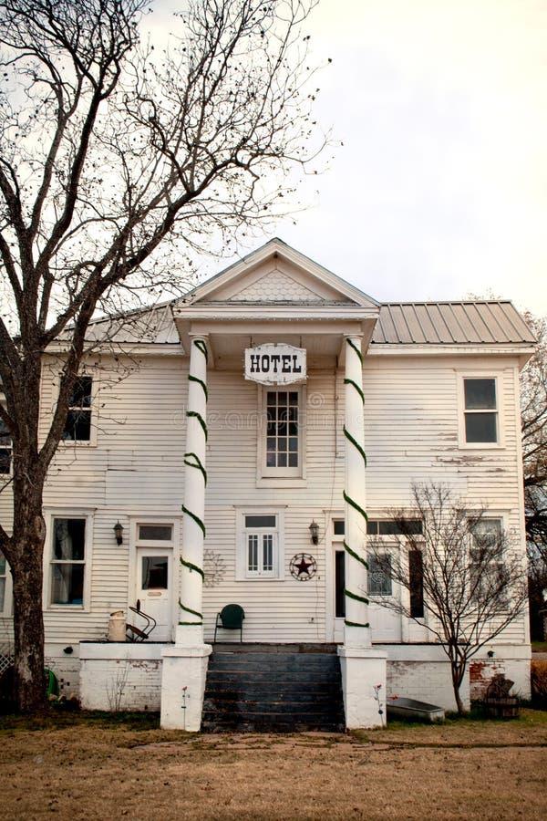 老被放弃的鬼的旅馆在农村得克萨斯 免版税库存图片