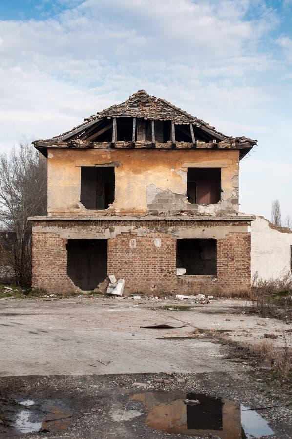 老被毁坏的和被放弃的房子 免版税库存照片