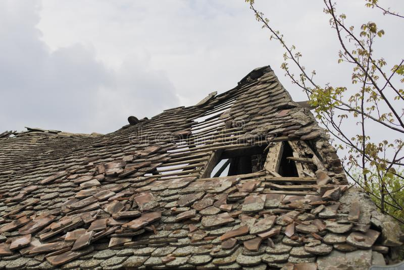 老被毁坏的房子屋顶 图库摄影