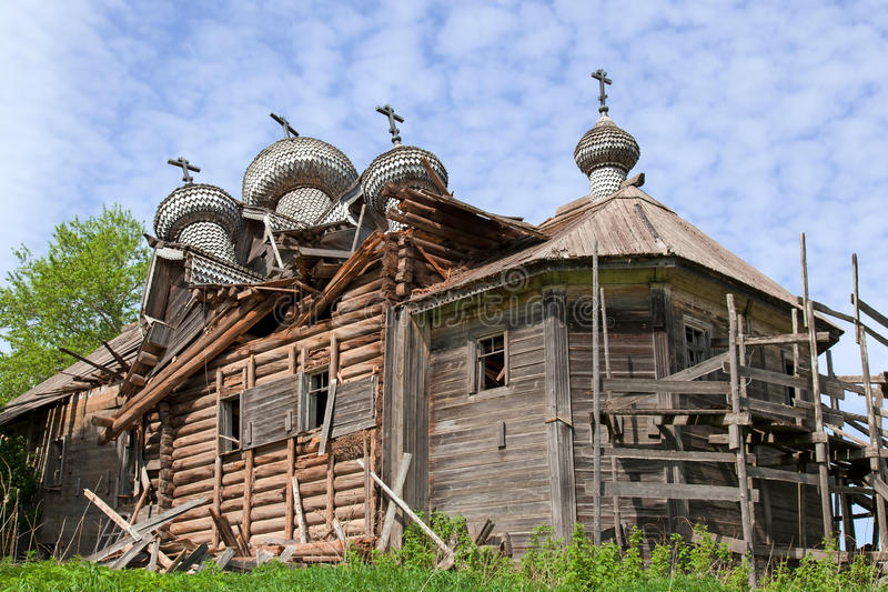 老被毁坏的木教会 免版税库存图片