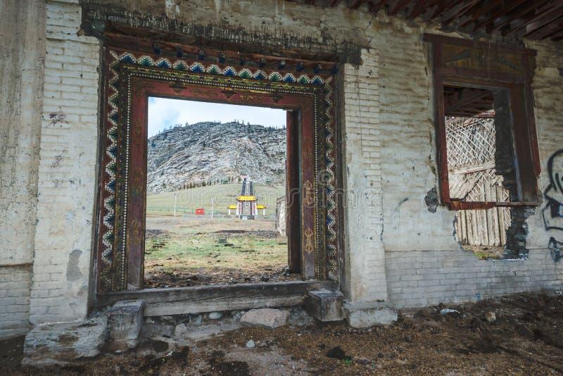老被破坏的大厦入口  库存照片