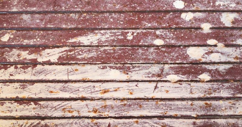 老被绘的难看的东西被腐蚀的生锈的金属墙壁纹理背景 免版税库存图片