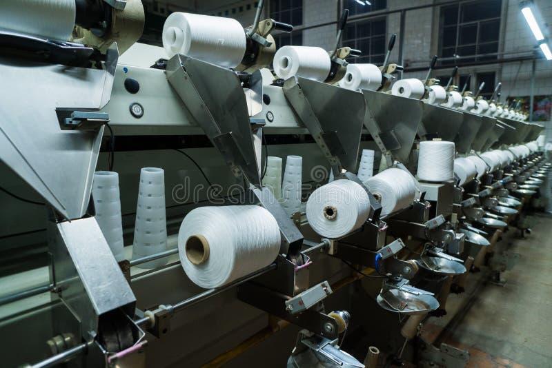 老被编织的织品 转动的生产线和一个旋转机械和设备生产的纺织品工厂 免版税图库摄影