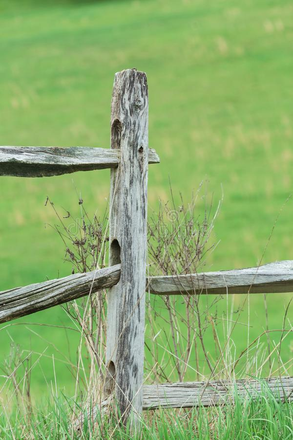 老被风化的木篱芭岗位 免版税库存图片