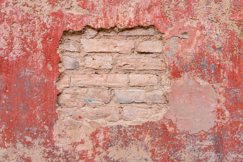 老被风化的被剥皮的膏药砖墙背景纹理 库存照片