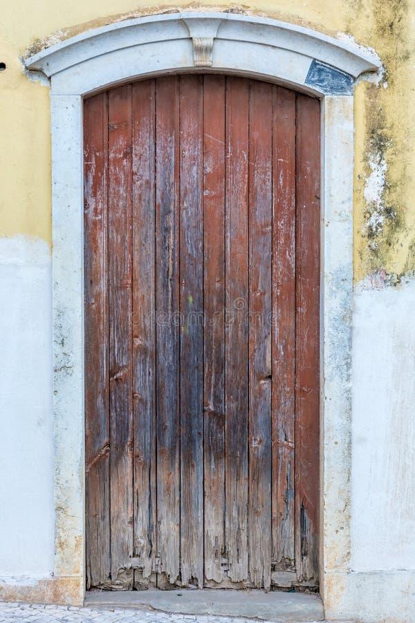 老被风化的门在一个老房子里 库存图片