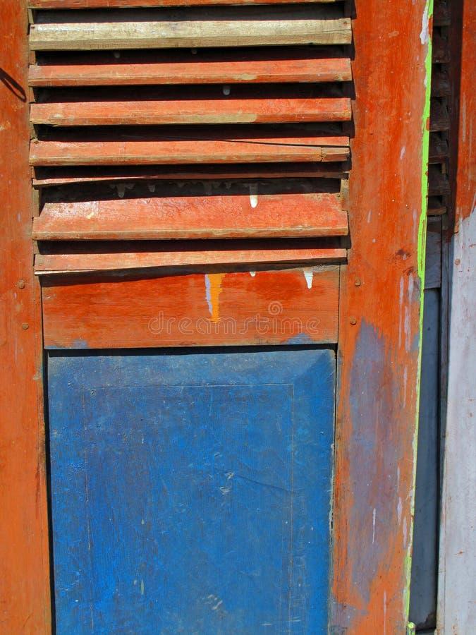 老被绘的装有百叶窗板的快门 免版税图库摄影