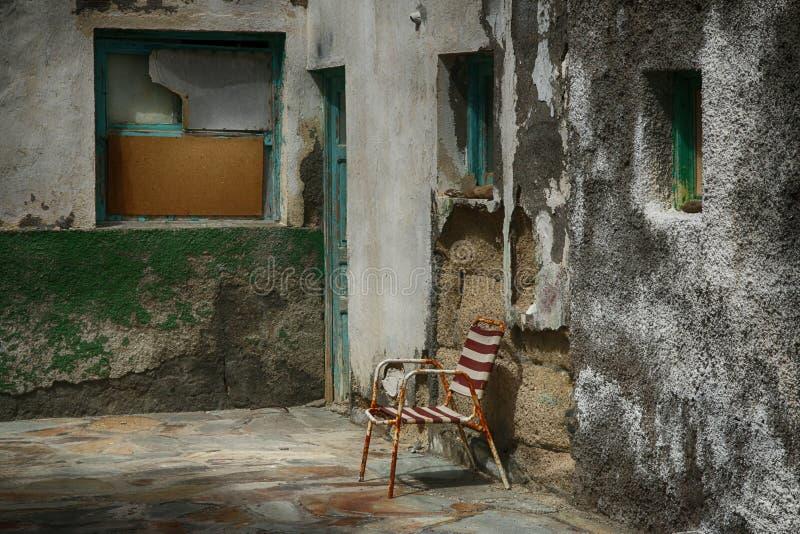 老西班牙语被风化的前门和庭院 库存照片