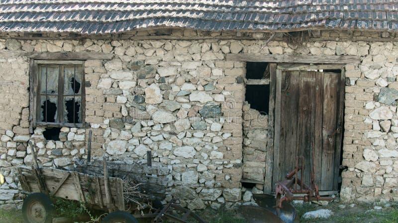 老谷仓废墟 被放弃的农舍废墟  朽烂的石房子 建筑学和结构 免版税库存照片