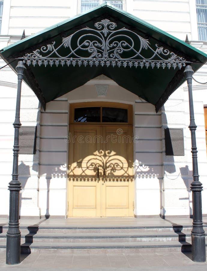 老豪宅、门廊、伪造的遮阳、阴影、房子、都市建筑学和设计 库存图片