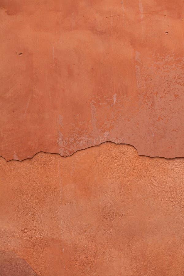 老赤土陶器绘了有破裂的膏药的灰泥墙壁 Backgro 免版税图库摄影