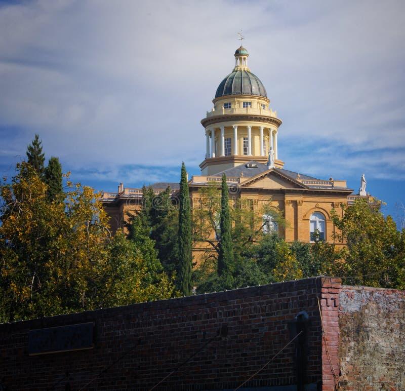 老赤褐色加利福尼亚法院大楼 库存照片