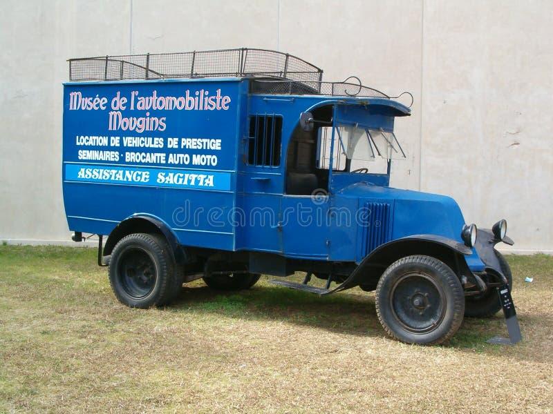 老跑车博物馆,在入口的搬运车对博物馆 库存照片