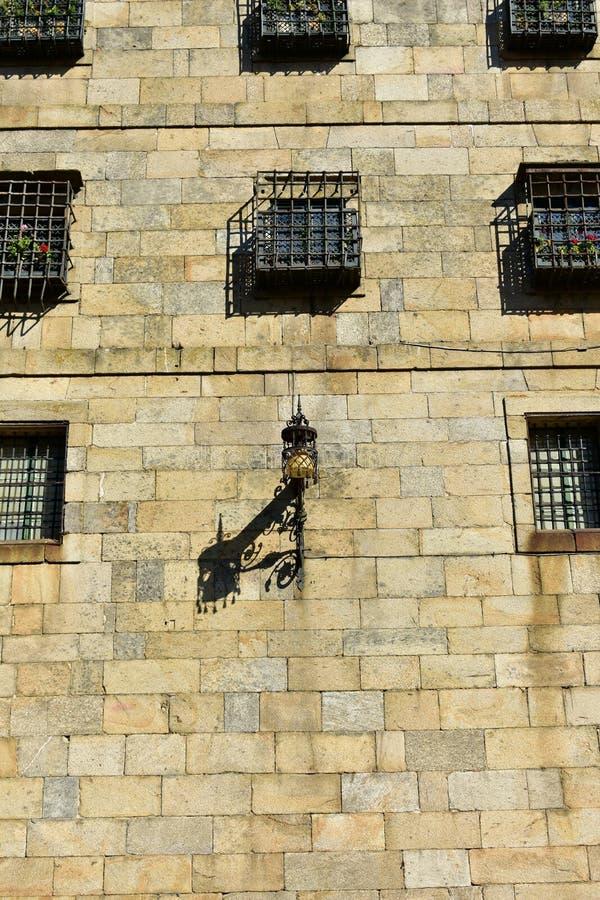 老路灯到底在安德烈斯广场,接近大教堂 石墙和窗口与格栅 compostela de圣地亚哥西班牙 Sunn 免版税库存照片