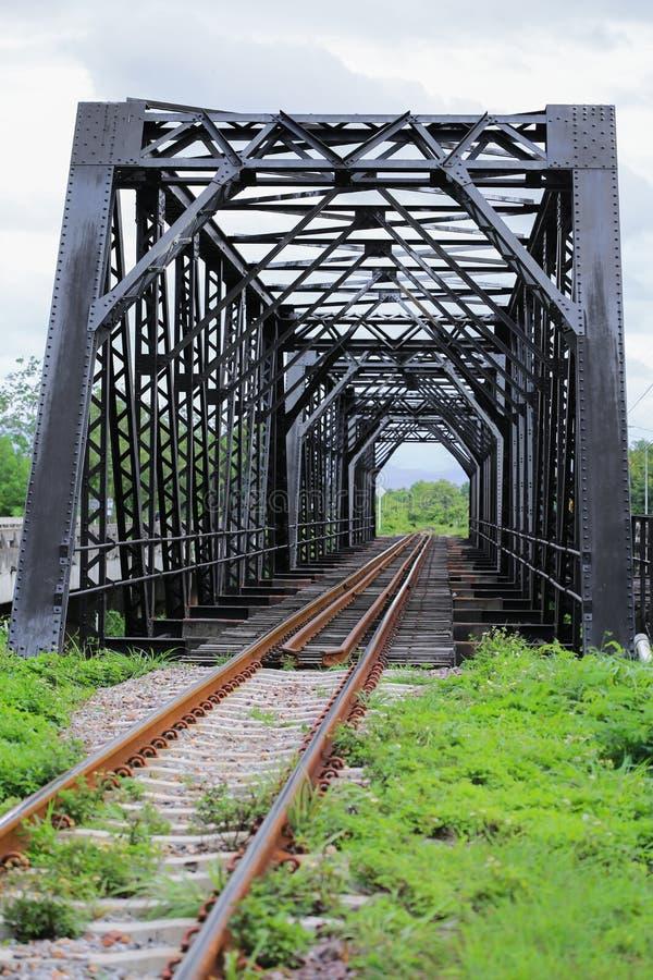 老路轨方式桥梁,路轨方式建筑在国家,旅行的旅途方式乘对其中任一的火车的地方 库存图片
