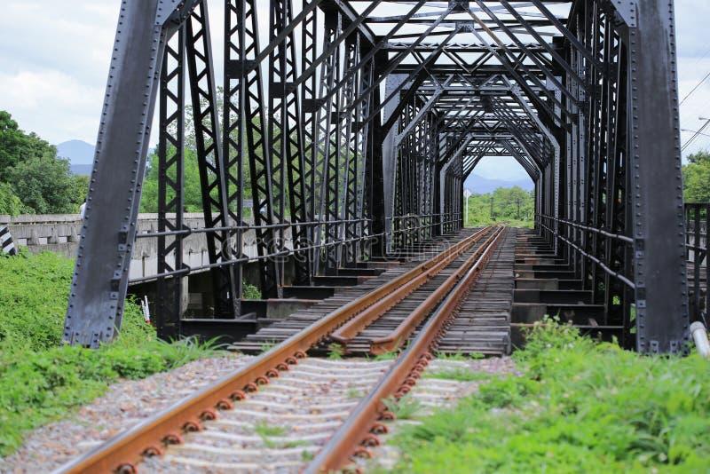 老路轨方式桥梁,路轨方式建筑在国家,旅行的旅途方式乘对其中任一的火车的地方 库存照片