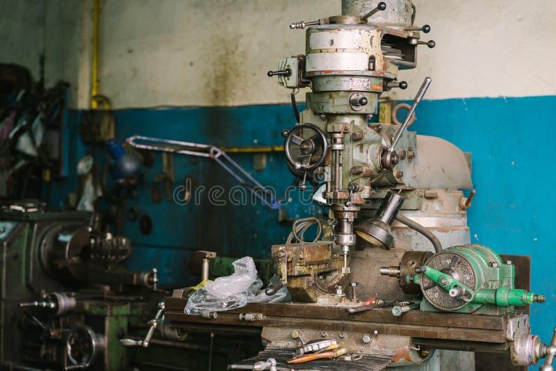 老车床机器用于woodturning,金属工艺,金属 图库摄影