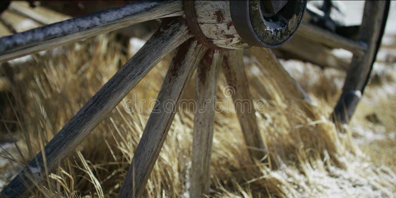 老车轮在村庄 库存照片