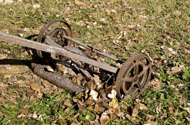 老转台式刃状的推挤割草机 免版税图库摄影