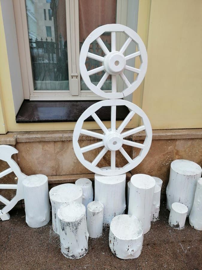 老轮子和树桩的设施 免版税图库摄影
