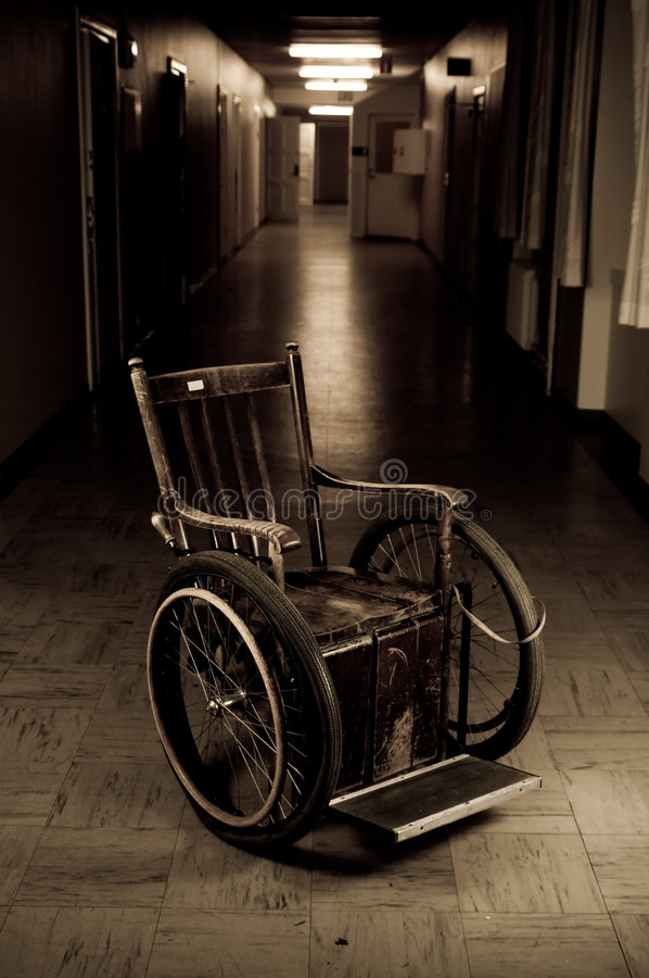 老轮椅 免版税库存图片