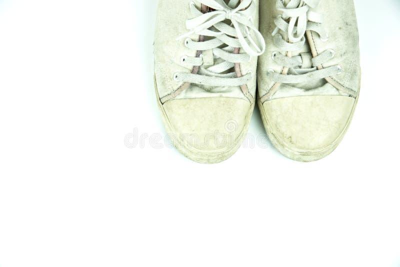 老运动鞋肮脏在白色 免版税库存照片