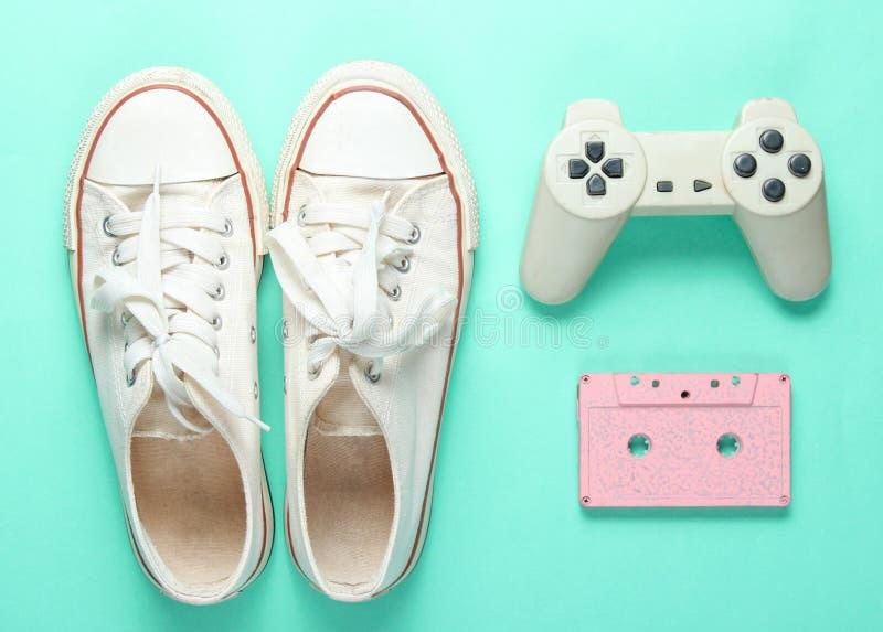 老运动鞋,gamepad,卡型盒式录音机 免版税库存图片