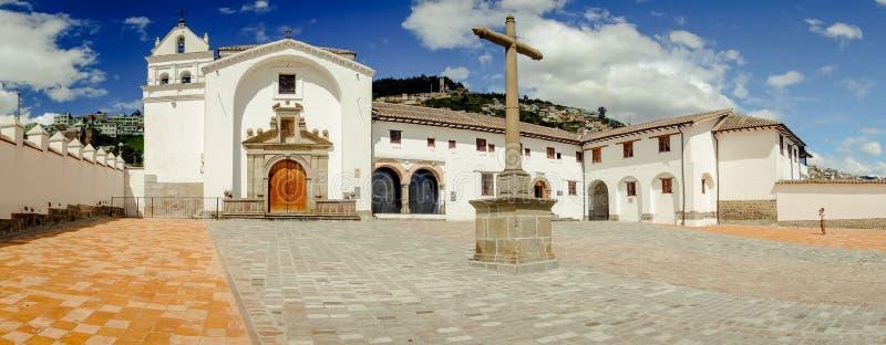 老部分的正面图历史教会圣地亚哥 免版税库存照片