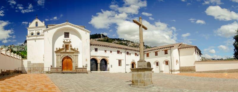 老部分的正面图历史教会圣地亚哥 免版税库存图片