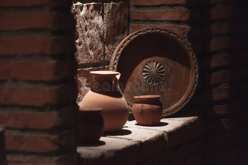 老酒设备在地窖Khareba酿酒厂 免版税库存照片