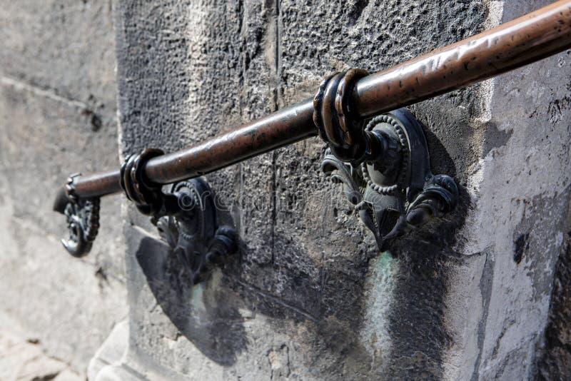 老金属伪造了扶手栏杆 库存照片