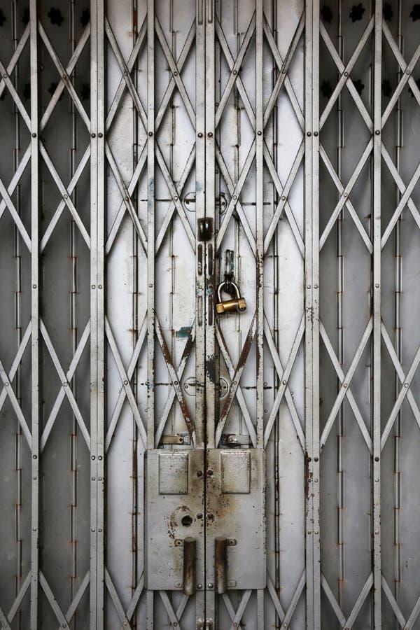 老金属折叠门门 免版税库存图片