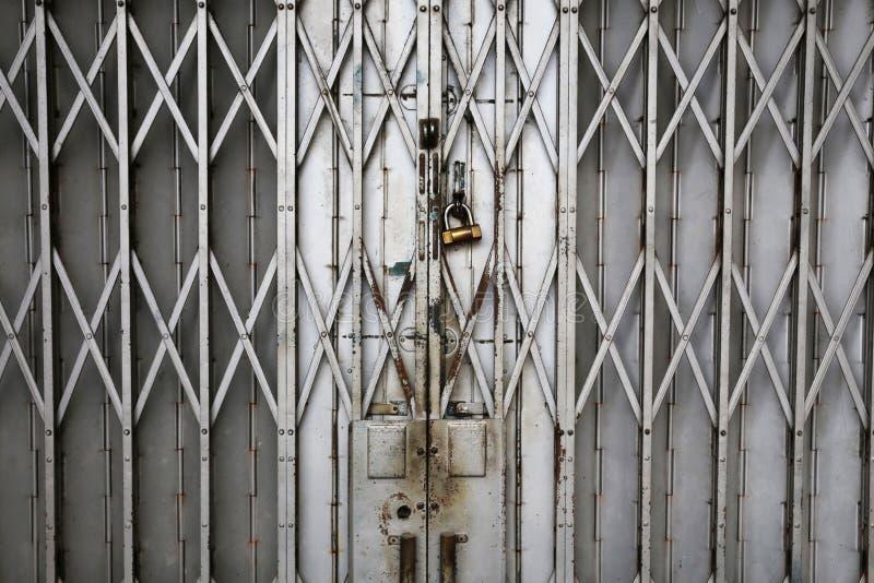 老金属折叠门门 免版税库存照片