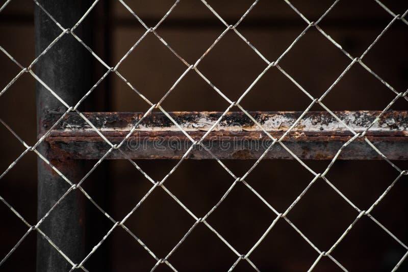 老金属滤网篱芭和生锈的射线 免版税图库摄影