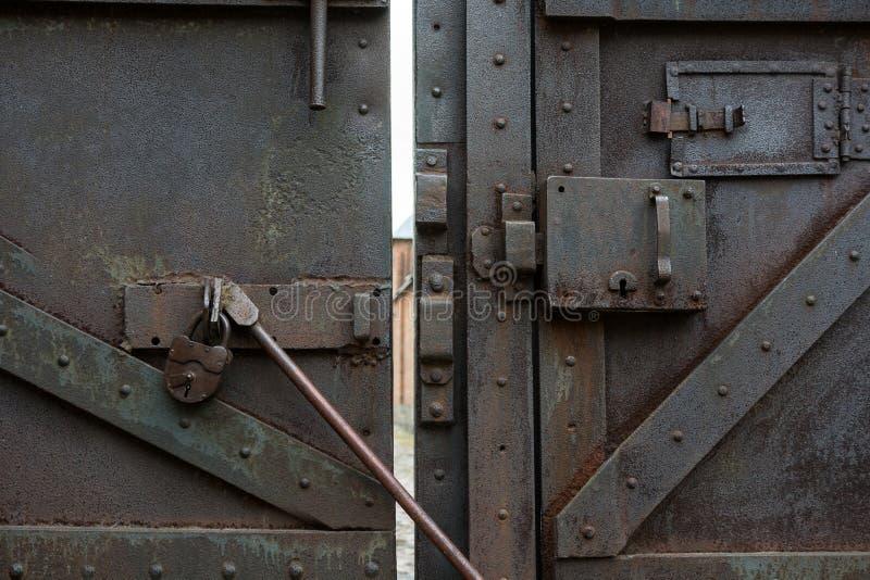 老金属锁门闩和酒吧 库存图片