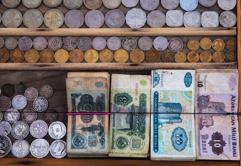 老钞票和硬币 库存照片