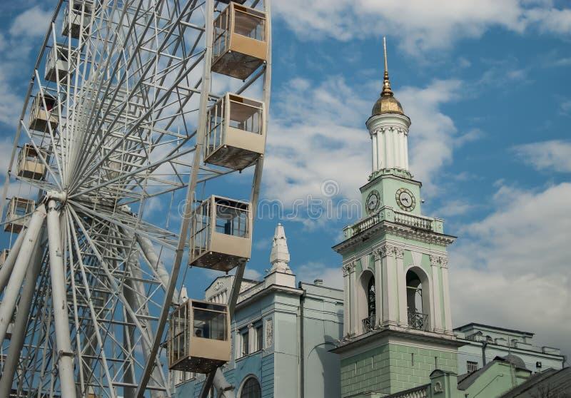 老钟楼的看法在现代弗累斯大转轮,合同正方形,基辅旁边的 免版税库存图片