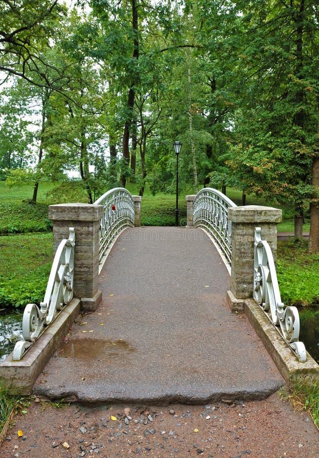 老钢桥梁在宫殿公园在Gatchina 免版税库存图片
