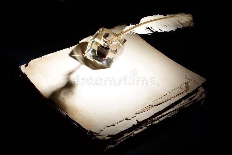 老钢笔、纸和墨水池在黑色 免版税库存图片