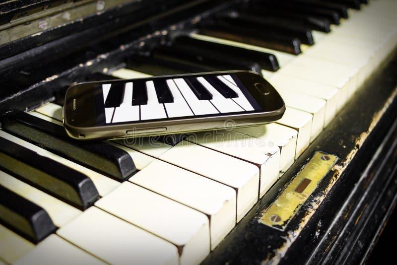 老钢琴和新的钥匙 库存图片