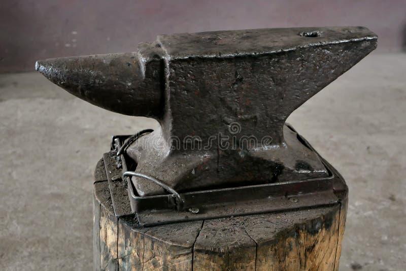 老铁匠铁砧特写镜头 库存照片