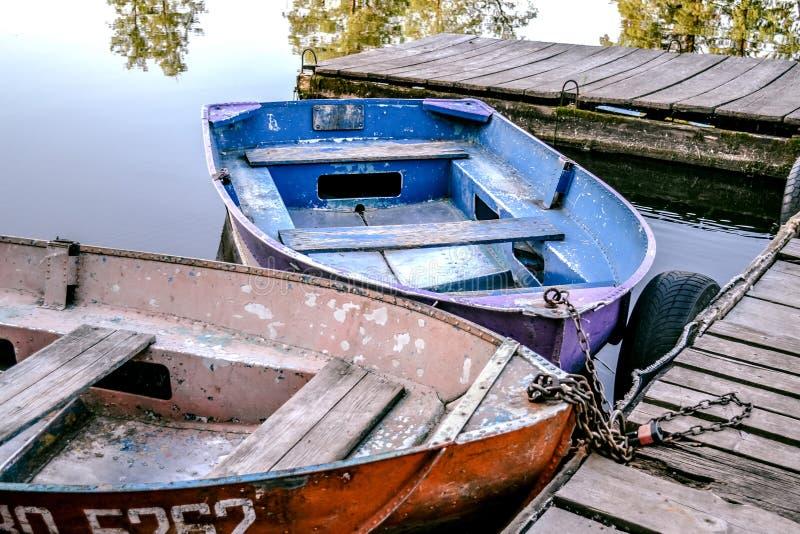 老铁老破旧的生锈的五颜六色的小船 小船在船坞 库存图片