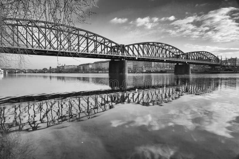 老铁铁路桥在布拉格,捷克 免版税图库摄影