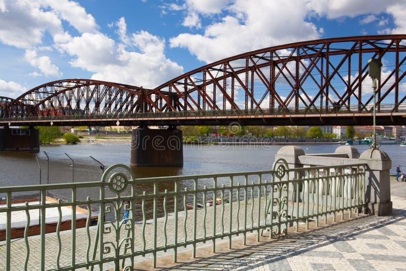老铁铁路桥在布拉格,捷克 免版税库存照片