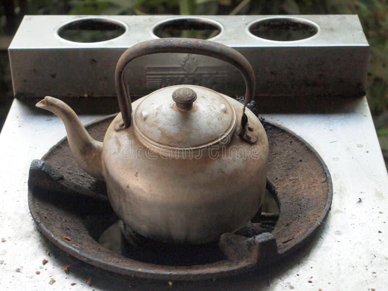 老铝水壶 库存照片